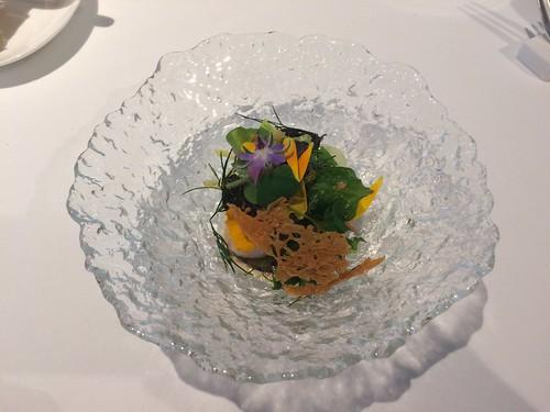 Amuse – Homard de l'Escaut, artichaut, salade d'herbes et fleurs (Champagne Bollinger, Spécial Cuvée)