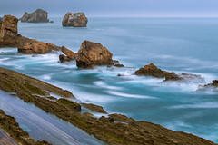 La Arnía beach II (bienve958) Tags: liencres santander cantabria españa es playa beach islotes acantilados cliffs oceano cantabrico landscape paisaje seascape rocks rocas longexposure largaexposición haida filter polarizador ndfilter densidadneutra