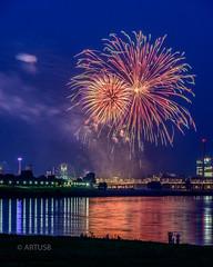 Feuerwerk II Rheinkirmes 2017 (ARTUS8f) Tags: flickr nacht rhein skyline feuerwerk oberkassel düsseldorf rheinkirmes spiegelung lichter personen