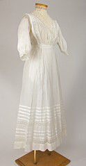 High collar summer dress (Madison Historical Society (CT-USA)) Tags: madisonhistoricalsociety madisonhistory mhs madison connecticut conn ct country newengland nikond600 nikon d600 bobgundersen old historical history antiques museum clothing costume allisbushnellhouse abhouse gown textile bostonpostroad route1 interesting image inside indoor shot design 2485mmf3545g