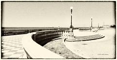 Terrazza Mascagni, Livorno ... per Fabio (aNNa schramm) Tags: terrasse italia toskana livorno silverefex sw schwarzweis sepia city strassenlampen lampen terrazza terrazzamascagni meer wassermeer