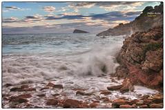 (450/17) Juego de olas (Pablo Arias) Tags: pabloarias photoshop photomatix nxd españa cielo nubes playa mar agua mediterráneo costa olas rocas cala tíoximo benidorm alicante rincóndelois comunidadvalenciana