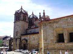 Sé de Braga, sideview (Paula Luckhurst) Tags: sédebraga cathedralofbraga cathedrals churches catholicchurch catholic churchexteriors architecture history historyofportugal braga portugal outdoor europe