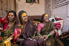 MAHAAKUTA: ELLES ONT DU FUN EN JAUNE (pierre.arnoldi) Tags: inde india mahaakuta badami karnataka tamron canon photoderue photooriginale photocouleur photodevoyage portraitdefemme portraitsderue