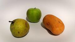 Pera, manzana y mango. (Juan Antonio Xic Eseyosoyese) Tags: las frutas que me comí pera manzana y mango fruta fruit minimalismo tres alegría pear apple 3 viva la vida fondo blanco sencillez méxico canon cosas chidas eseyosoyese maravillas de naturaleza bodegón