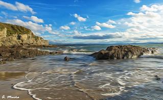 The sky and the water are mixed between the stones. El cielo y el agua se funden entre las piedras
