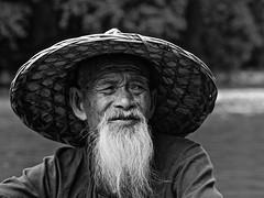 Chine - Vieux pêcheur aux cormorans à Xingping. (Gilles Daligand) Tags: chine china guangxi xingping pêcheur cormorans riviere panasonic gx7 natgeofacesoftheworld rivièreli liriver