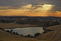 Rays on Siena (Antonio Cinotti ) Tags: landscape paesaggio toscana tuscany italy italia siena hills colline campagnatoscana cretesenesi asciano leica leicat sunset tramonto leonina