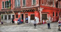 Italie (pierre Moulin) Tags: italie venise rue jux enfants quartiers architecture rouge batiments famille délabré ancien couleurs canon canon7d