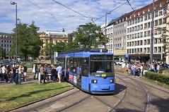 Nach Ende der Umleitungen kann die Linie E17 wieder dem U-Bahn-Verstärkerverkehr dienen. R2-Wagen 2154 am Stachus (Frederik Buchleitner) Tags: 2157 karlsplatz linie17 munich münchen r2wagen redesign stachus strasenbahn streetcar tram trambahn