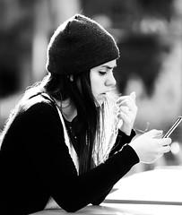 _DSC7839 (2) (guillermoluis21) Tags: retratoperfil perfil retrato blancoynegro contraluz contraste silueta sentada celular movil mesa gorro bella guapa preciosa divina simpática jóven desenfoque primerplano fondodesenfocado bokeh