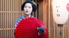 traditional Japanese umbrella (walkkyoto) Tags: 宮川町 miyagawacho 舞妓 maiko 芸妓 geiko 京都 kyoto 日本 japan ef135mmf2l