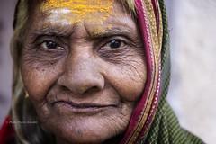 MAHAAKUTA : PORTRAIT SOMBRE D'UNE FEMME (pierre.arnoldi) Tags: inde india mahaakuta badami karnataka pierrearnoldi canon tamron portraitdefemme portraitsderue photooriginale photocouleur photodevoyage