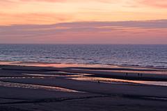 Couché de soleil (R20100 photographie) Tags: plage soleil coucher personnes belgique mer eau ciel coloré