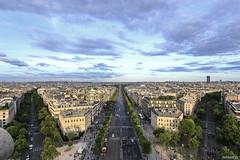 late sun in Paris (lichtauf35) Tags: streetphotographie paris wideangle evening bluecloudysky symmetric arcdetriumphe lookingdown vanishing sky city travel lichtauf35