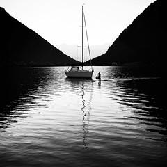 ... boatswain ... (frank gürtler) Tags: achensee fg sw samsung see gegenlicht street monochrom menschen motiv silhouette wasser