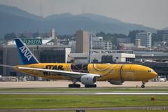 Itami Airport 2017.7.19 (8) JA743A / C-3PO ANA JET (B777-200) (double-h) Tags: omd em1markii omdem1markii lumixgxvariopz45175mmf4056asphpowerois rjoo itm osakaairport itamiairport 大阪空港 伊丹空港 airplane 飛行機 伊丹スカイパーク itamiskypark ja743a ana 全日空 b767 b767300 specialpainting 特別塗装 c3po starwars スターウォーズ スター・ウォーズ