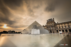 Musée du Louvre (adrivallekas) Tags: parís francia france sky cielo canon canoneos5d canonef1635mmf4 wideangle granangular canoneos5dmarkiv eos canoneos city cityscape ciudad louvre museo louvremuseum museedulouvre atardecer sunset clouds nubes pyramid piramide cristal architecture arquitectura culture agua water reflections fountain trip travel wanderlust