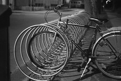 (kuuan) Tags: mf manualfocus m42 yashinon autoyashinonf25cm bicycle night bikerack bicyclerack bikeparkingrack bw mostviertel austria