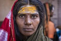 MAHAAKUTA:PEINTE EN JAUNE (pierre.arnoldi) Tags: inde india mahaakuta badami karnataka canon tamron pierrearnoldi portraitdefemme portraitsderue photoderue photooriginale photocouleur