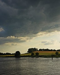 Dark Skies On A Summer Evening (Bricheno) Tags: oldmains farm inchinnan cart river rivercart renfrew bricheno scotland escocia schottland écosse scozia escòcia szkocja scoția 蘇格蘭 स्कॉटलैंड σκωτία
