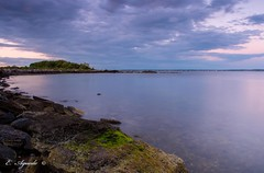 Still waters (E. Aguedo) Tags: water warwick still sunset sky clouds sea ocean rocks calm algea rocky point park