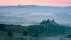 Misty dawn at Belvedere (He Ro.) Tags: italien italy toskana2016 valdorcia sanquiricodorcia dawn podere belvedere sunrise misty tuscany