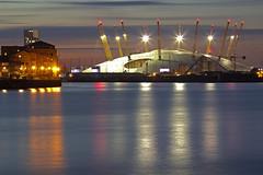 La corona gigante / The giant crown (The O2, London, United Kingdom) (AndreaPucci) Tags: o2arena greenwich north london uk night thames andreapucci canoneos60