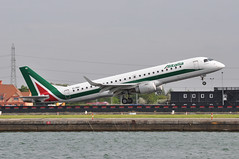 AZ0217 LCY-LIN (A380spotter) Tags: takeoff departure v1 rotate rotation unstick embraersa embraerempresabrasileiradeaeronauticasa ejet e190 e190lr 100lr emb erj eirnc parconazionalearcipelagotoscano alitaliacityliner cyl ct alitalia–compagniaaereaitalianaspa aza az az0217 lcylin runway09 09 londoncityairport eglc lcy