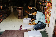 encuadernado (Nebelkuss) Tags: india rajasthan udaipur libros books fujixpro1 fujinonxf18f2