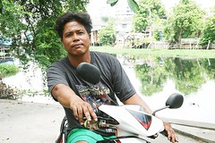 shadow of the wings (the foreign photographer - ฝรั่งถ่) Tags: man motorcycle khlong thanon portraits bangkhen bangkok thailand shadow wings canon kiss