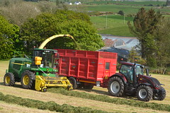 John Deere 7700 SPFH Filling a Broughan Engineering Mega HiSpeed Trailer drawn by a Valtra T174 Tractor (Shane Casey CK25) Tags: john deere 7700 spfh filling broughan engineering mega hispeed trailer drawn valtra t174 tractor self propelled forage harvester silage silage17 silage2017 grass grass17 grass2017 winter feed fodder county cork ireland irish farm farmer farming agri agriculture contractor field ground soil earth cows cattle work working horse power horsepower hp pull pulling cut cutting crop lifting machine machinery nikon d7100 agco leap