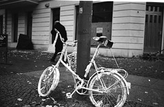 Ghost Bike (karstenphoto) Tags: adox silvermax 35mm analog film berlin deutschland germany filmisalive leicam2 leica m2 iso 100 ghostbike memorial bike street