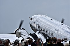 See ya! (Steve.T.) Tags: dc3 flyinglegends dakota propblur duxford iwmduxford airshow airdisplay silver nikon d7200 waving crowds people aviation militaryaviation macdonnelldouglas airplane aircraft aeroplane