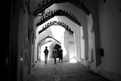 à Médine (pepe amestoy) Tags: blackandwhite streetphotography people tetouan morocco fujifilm xe1 voigtländer color skopar 421 vm m mount