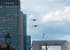Des pigeons et des gros porteurs A400M  au dessus du toit de la Grande Arche (mamnic47 - Over 7 millions views.Thks!) Tags: avions patrouilledefrance répétitiondéfiléaérien 11072017 ladéfense 6c8a7394 pigeons a400m