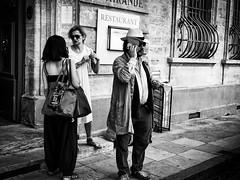 J'en grille une, et j'arrive. (francis_bellin) Tags: provence olympus vaucluse eté festival noiretblanc sud juillet téléphone dimanche avignon 2017
