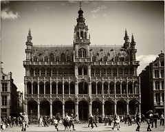 Grote Markt ~ Grand Place, Brussels, Belgium.  Broodhous/Maison du Roi (Sally E J Hunter) Tags: maisonduroi grandplace grotemarkt brussels bruxelles belgium belgië belgique belgien broodhuis museumofthecityofbrussels museum monochrome neogothic