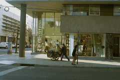 El plumerero (karurosuros) Tags: street plumerero negocio ambulante pentax mv1 1980 35mm film analog aperture vintage rollo japan miranda chateau smcpk55mmf20
