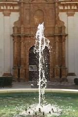 Pequeña fuente urbana - Small urban fountain (ricardocarmonafdez) Tags: urbano urban urbanscape luces sombras sunlight shadows color fuente fountain simetria symmetry