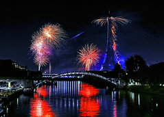 Paris Fireworks (PokemonaDeChroma) Tags: fireworks paris france longexposure bridge spark reflection birhakeim et alien starry colorful canoneos6d bastilleday july 2017 14072017