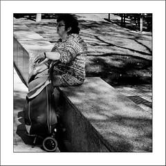 Images Singulières du Portugal #30 (Napafloma-Photographe) Tags: 2017 algarve architecturebatimentsmonuments artetculture bandw bw catégorieprojet détailsarchitecturaux géographie kodak kodak400tmax métiersetpersonnages objetselémentsettextures personnes portugal tag techniquephoto vacances blackandwhite fenêtre monochrome napaflomaphotographe noiretblanc noiretblancfrance pellicules photoderue photographe photographie promeneur province streetphoto streetphotography loulé pt