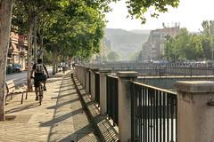 Los ciclistas (Micheo) Tags: granada spain paseo jovenes youngpeople ríogenil river baranda puente bridge walk elbarrancodelabogado