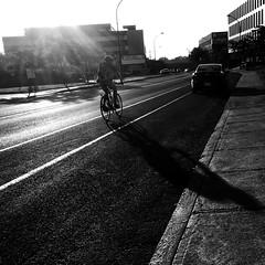 Aïe, aïe... Ça brûle !... (woltarise) Tags: montréal angus 6h20am soleil site cycliste rayons streetwise
