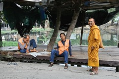 monk and motorcycle taxi drivers (the foreign photographer - ฝรั่งถ่) Tags: monk motorcycle taxi drivers reading newspaper shelter khlong thanon portraits bangkhen bangkok thailand