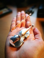 IMG_20170630_171736 (Stirlingite) Tags: geige geigen kunst art artist violine violin miniatur klein metal kupfer kunstwerk