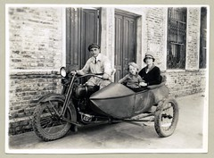 """Harley-Davidson 1000 JE Combination (Vintage Cars & People) Tags: vintage classic black white """"blackwhite"""" sw photo foto photography harley harleydavidson 1000je sidecar combination outfit rig hack seitenwagen gespann motorcycle motorbike motorrad krad antique 1920s twenties cloche clochehat glockenhut coveralls overalls family mother father child childhood parents vintagemotorcycles"""