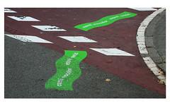 Vague verte (Pi-F) Tags: rue trace signalisation sol rouge vert trottoir piéton espagne barcelone texture goudron pavé ligne