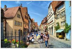 Historische Gasse (Don111 Spangemacher) Tags: himmel gebäude gasse städte kleinstadt bayern historisch reisen romantik rothenburg sommer