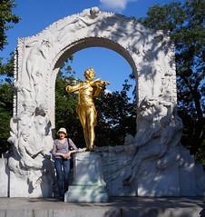 Katya with Johann Strauss statue (peter.a.klein (Boulanger-Croissant)) Tags: vienna austria stadtpark johannstrauss gold gilded waltz waltzking